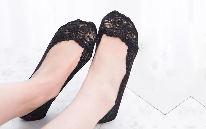 Delicate Lace Scalloped Socks