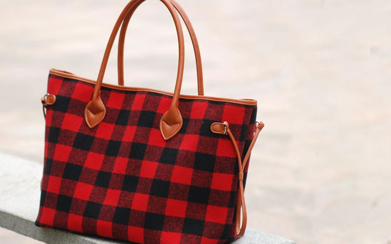 Stylish and Spacious Weekend Tote Bag